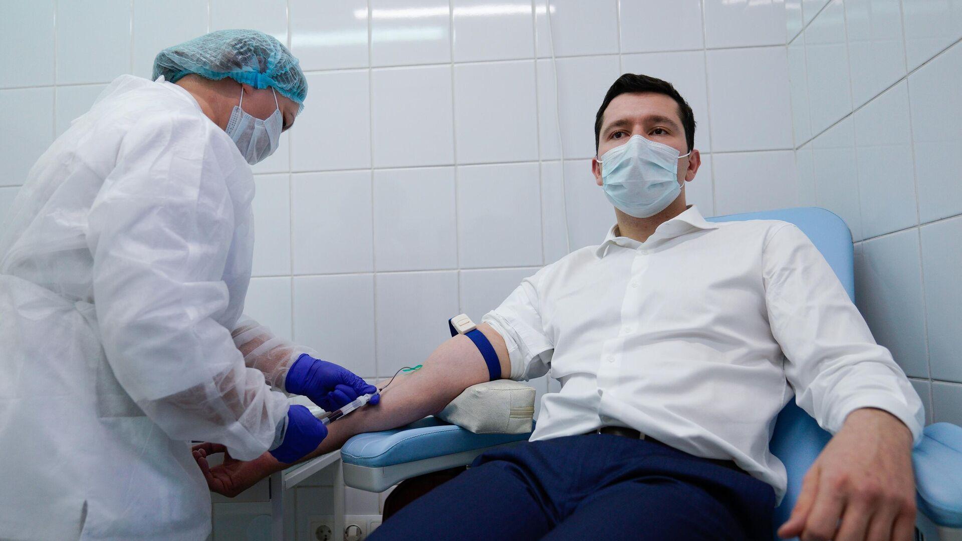 Губернатор Калининградской области Антон Алиханов сдает кровь перед вакцинацией от коронавируса в Калининграде - РИА Новости, 1920, 04.12.2020