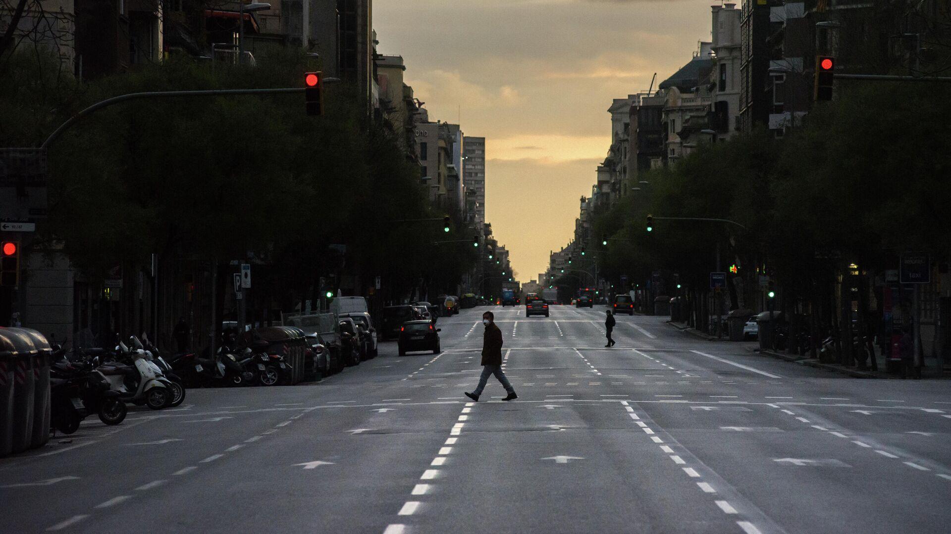 Мужчина в защитной маске идет по пустой улице - РИА Новости, 1920, 01.03.2021