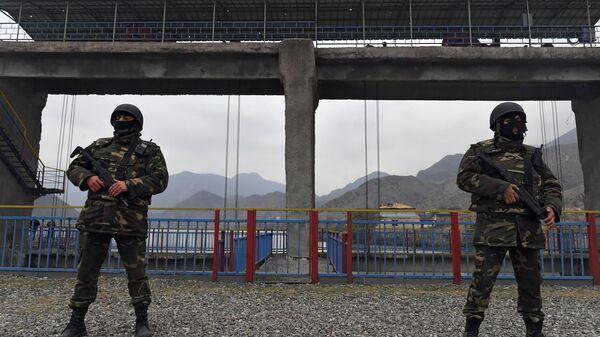 Военнослужащие азербайджанской армии охраняют гидротехнические сооружения на плотине Суговушанского водохранилища, обеспечивающего подачу воды в Тертерский, Геранбойский и Евлахский районы Азербайджана