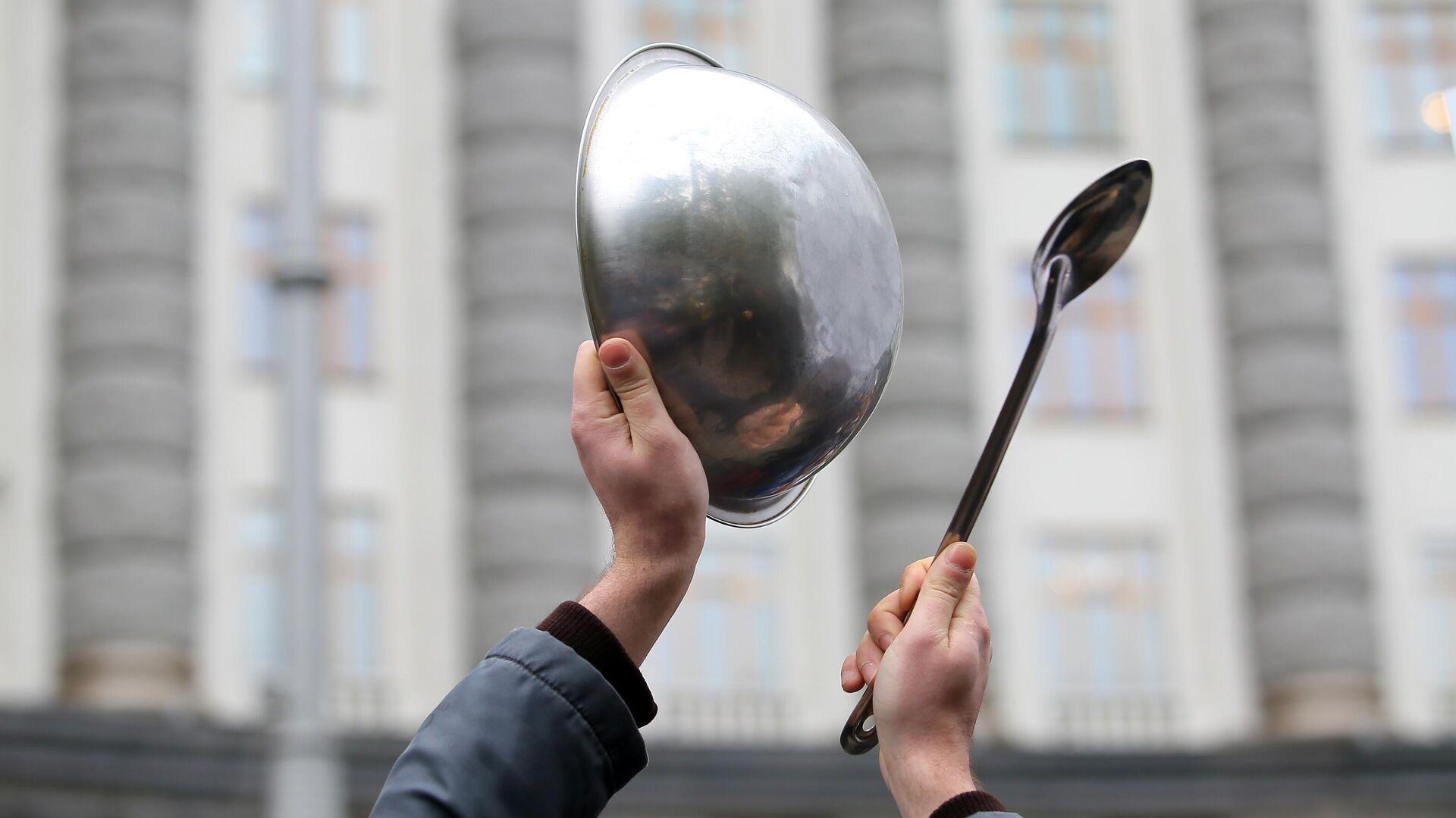 Участник митинга представителей ресторанного бизнеса против планов введения из-за пандемии коронавируса карантина выходного дня, который прошел у  здания кабинета министров Украины в Киеве - РИА Новости, 1920, 30.05.2021