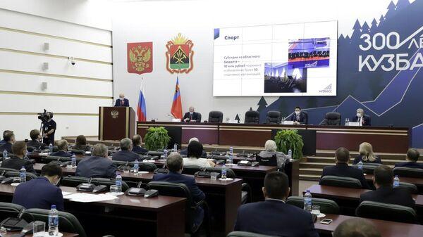 Депутаты на заседании парламента Кузбасса