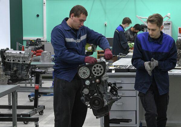 Студенты Когалымского политехнического колледжа разбирают двигатель автомобиля