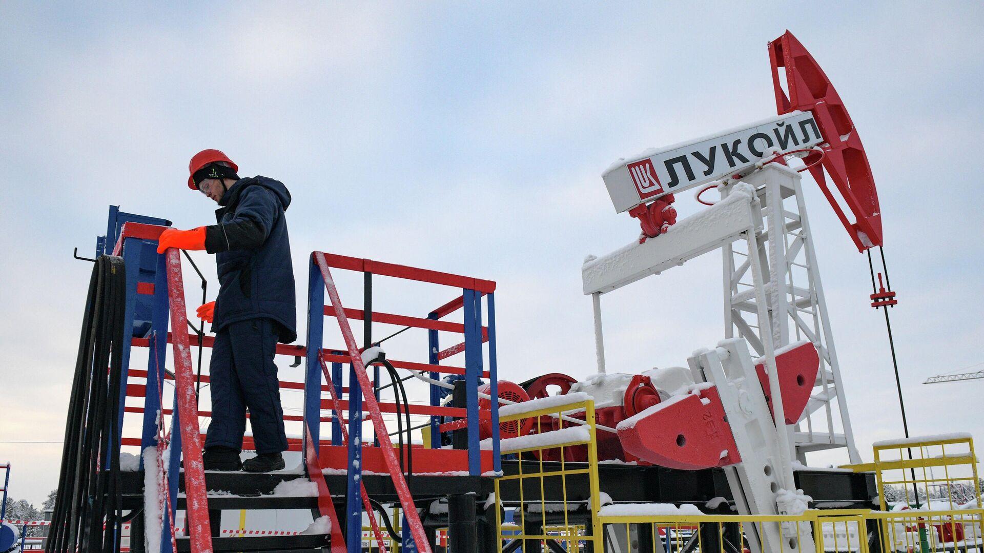 Студенты-газонефтедобытчики учатся на нефтепромысловом оборудовании - РИА Новости, 1920, 07.12.2020