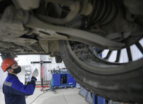 Студенты Сургутского политехнического колледжа проводят диагностику систем автомобиля