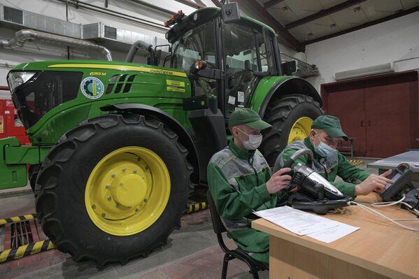 Занятия студентов  Междуреченского агропромышленного колледжа у учебного трактора John Deere