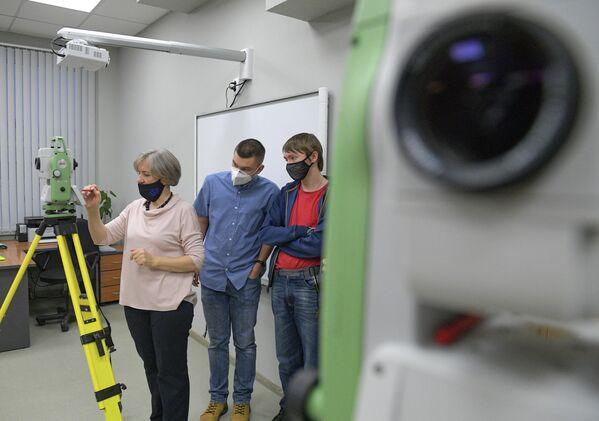 Преподаватель и студенты Ханты-Мансийского технолого-педагогического колледжа работают с тахеометром