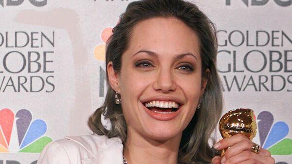 Актриса Анджелина Джоли, получившая Золотой глобус за роль в фильме Прерванная жизнь в Беверли-Хиллз