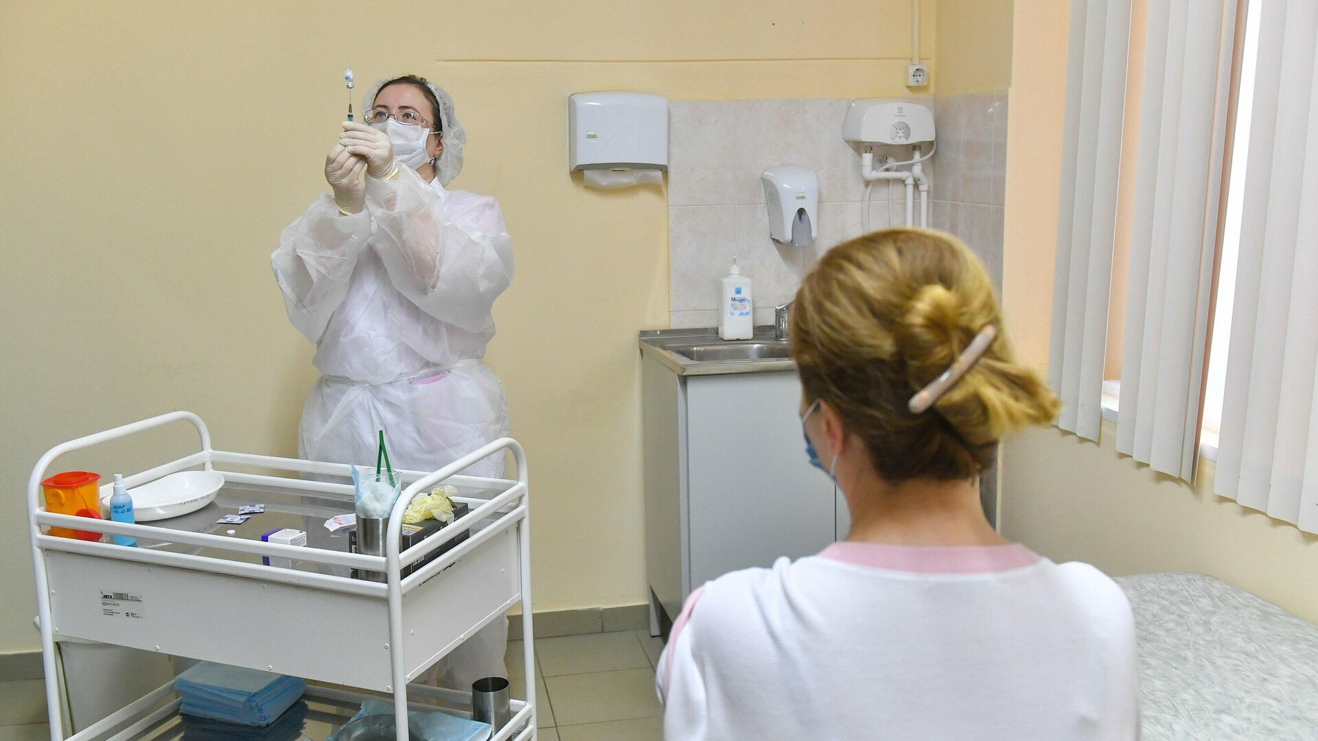 Старт масштабной вакцинации от COVID-19 в московских поликлиниках - РИА Новости, 1920, 11.12.2020