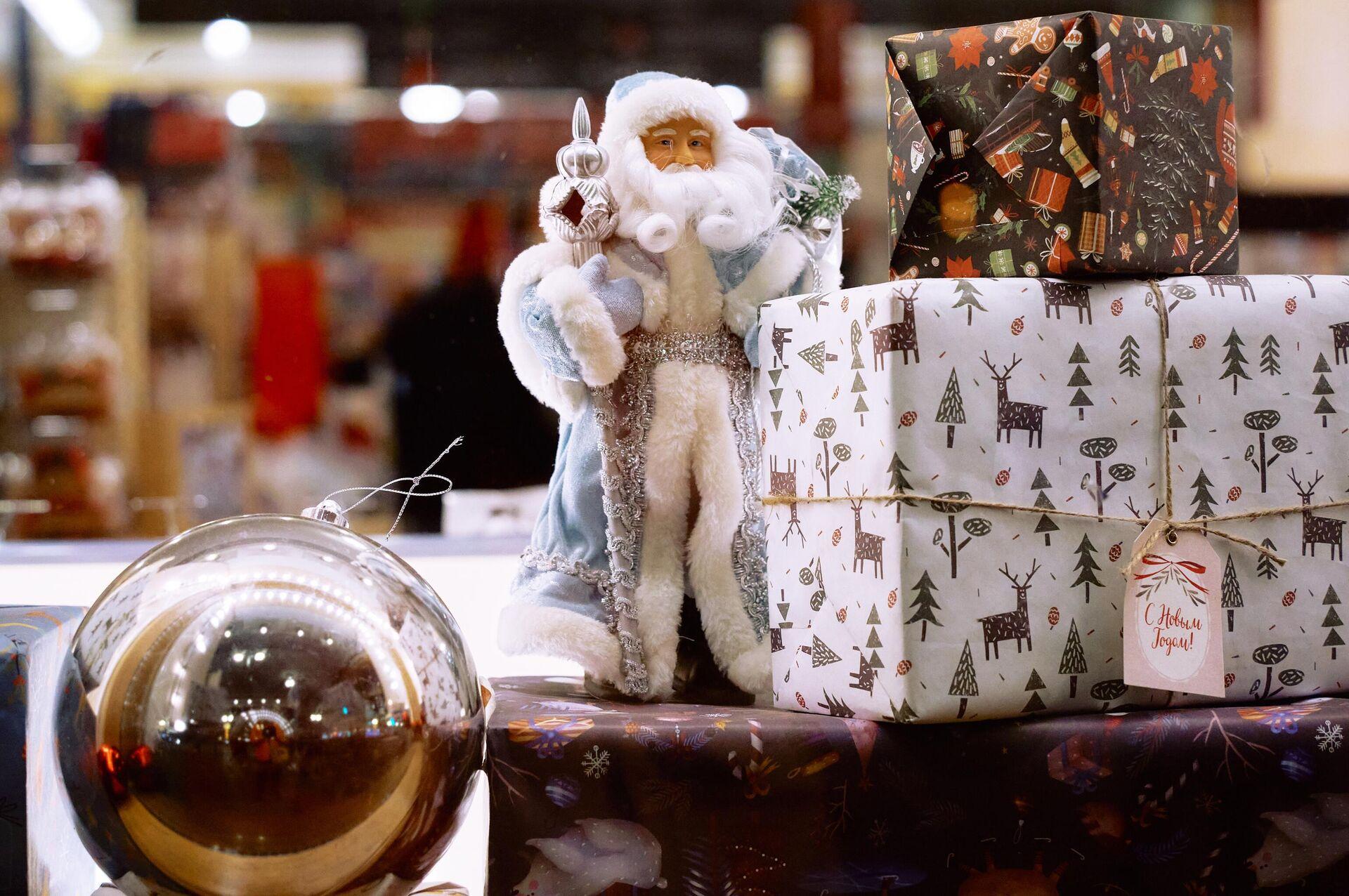 Елочные игрушки в витрине Дома Книги в Санкт-Петербурге - РИА Новости, 1920, 14.12.2020