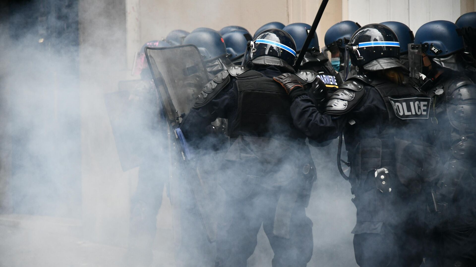 Сотрудники правоохранительных органов во время акции протеста против законопроекта О глобальной безопасности в Париже - РИА Новости, 1920, 01.05.2021