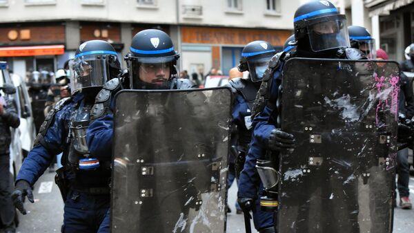 Сотрудники правоохранительных органов во время акции протеста против законопроекта О глобальной безопасности в Париже