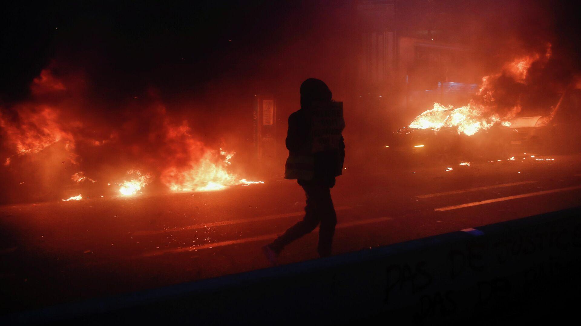 Участники акции протеста против законопроекта О глобальной безопасности в Париже - РИА Новости, 1920, 05.12.2020