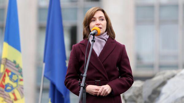 Избранный президент Молдавии Майя Санду выступает на антиправительственной акции у здания парламента в Кишиневе
