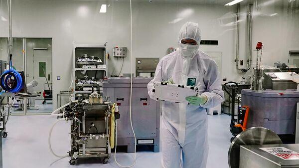 Сотрудник цеха производства вакцины от коронавируса биотехнологической компании BIOCAD