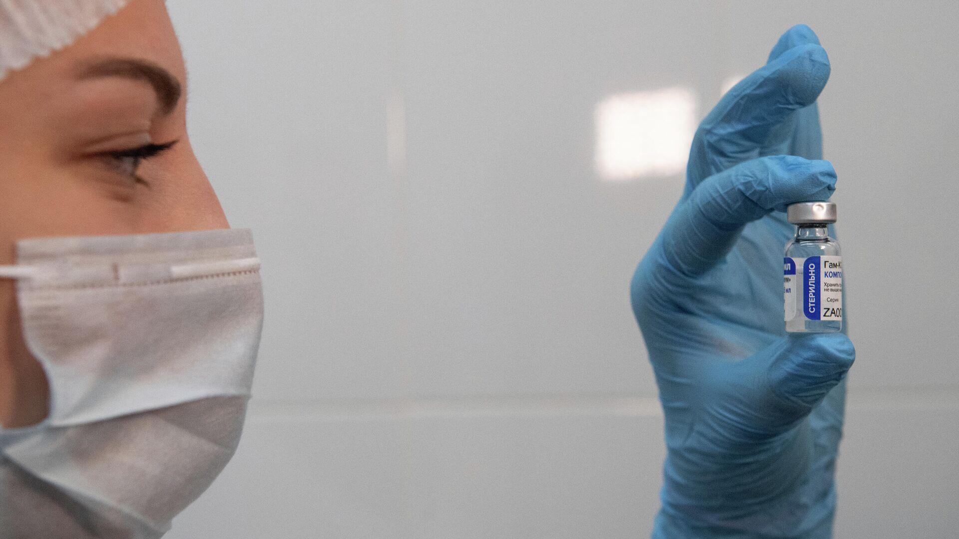 Медработник демонстрирует компонент 1 вакцины от коронавируса Спутник V - РИА Новости, 1920, 17.01.2021