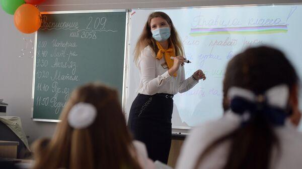 Учитель проводит классный час в школе