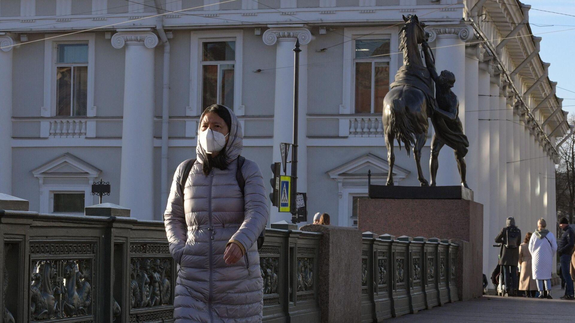 Девушка в маске на Невском проспекте в Санкт-Петербурге - РИА Новости, 1920, 05.02.2021