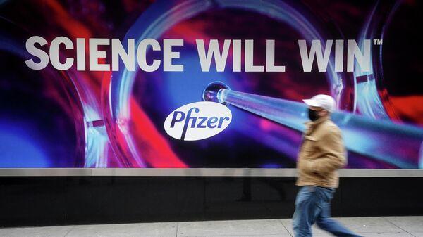 Плакат у здания штаб-квартиры Pfizer в Нью-Йорке