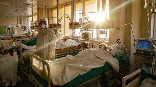 Медик и пациент в городской клинической больнице №15 имени О. М. Филатова в Москве