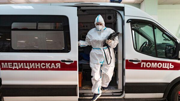 Сотрудник скорой медицинской помощи у приемного отделения клинической больнице №15 имени О. М. Филатова в Москве