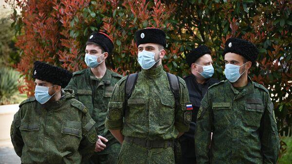 Казаки, входящие в состав мобильного отряда самоконтроля, патрулируют улицы Сочи и контролируют соблюдение горожанами режима самоизоляции
