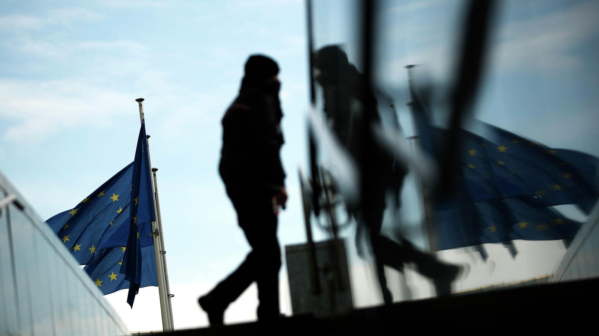 Прохожий возле штаб-квартиры Европейской комиссии в Брюсселе - РИА Новости, 1920, 24.03.2021