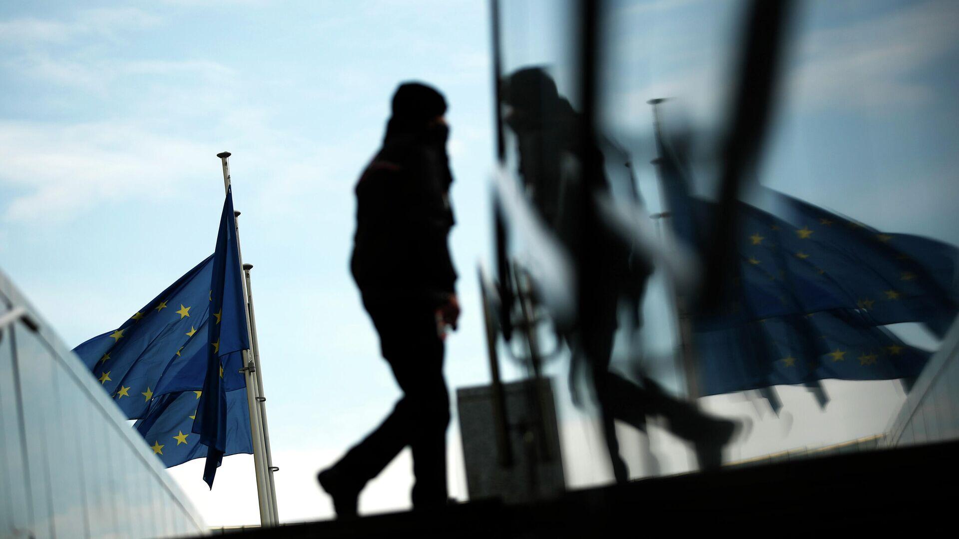 Прохожий возле штаб-квартиры Европейской комиссии в Брюсселе - РИА Новости, 1920, 09.12.2020