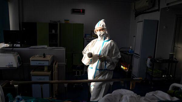 Медицинский сотрудник в отделении реанимации и интенсивной терапии городской клинической больницы № 15 имени О. М. Филатова в Москве