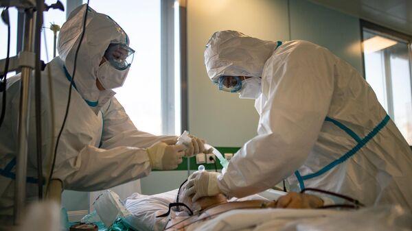 Медицинские сотрудники в отделении реанимации и интенсивной терапии городской клинической больницы № 15 имени О. М. Филатова в Москве