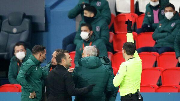 Арбитр Овидиу Хацеган показывает красную карточку сотруднику тренерского штаба клуба Истанбул Башакшехир