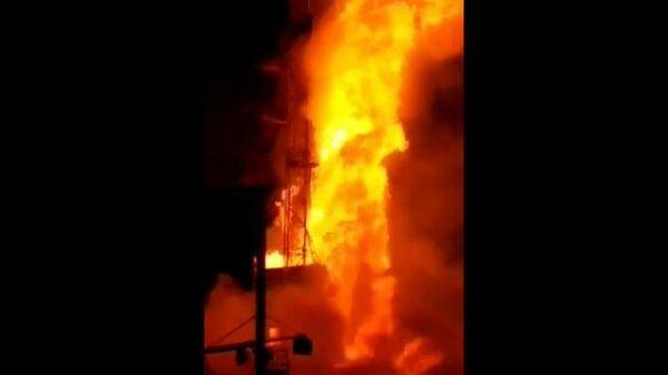 Газовый фонтан буровой скважины горит в Оренбургской области