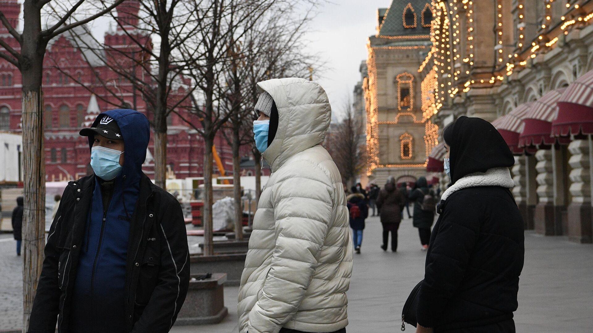 Молодые люди в защитных масках на Красной площади в Москве - РИА Новости, 1920, 08.03.2021