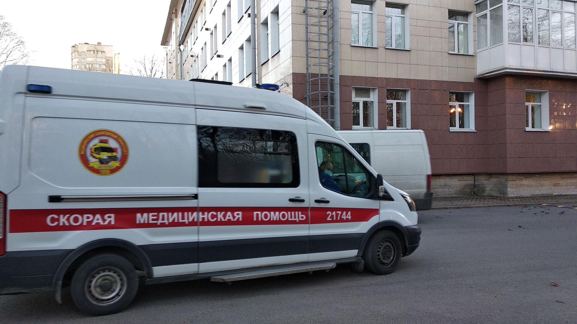 Машина скорой помощи привезла пациента с COVID-19 в Центр Алмазова  - РИА Новости, 1920, 20.12.2020