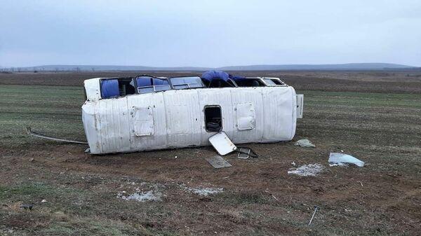 В Темрюкском районе Краснодарского края утром 9 декабря перевернулся вахтовый автобус