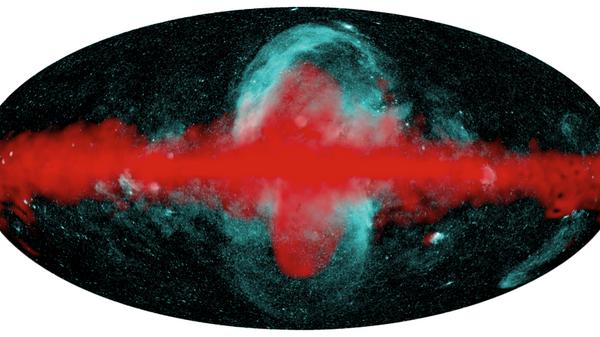 Наложение карт нашей Галактики, полученных телескопами СРГ/еРОЗИТА и Ферми (NASA). Диффузное рентгеновское излучение, регистрируемое телескопом СРГ/еРОЗИТА (0.6–1 кэВ, обозначено оттенками голубого), окружает область более жесткого излучения (гигаэлектрон-вольты, обозначено красным), получившей название пузыри Ферми