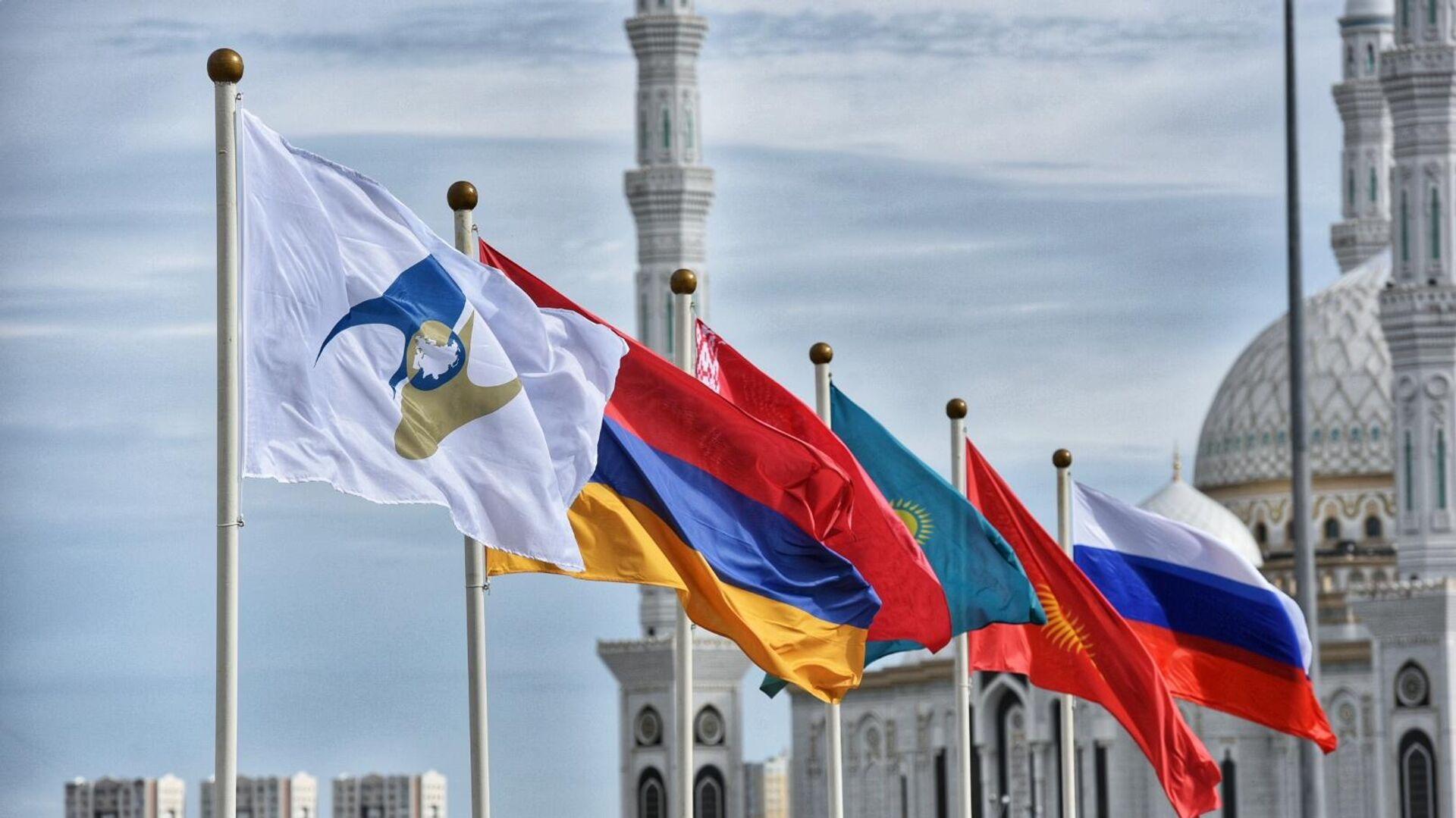 Флаги России, Киргизии, Казахстана, Белоруссии, Армении, а также с символикой Евразийского экономического союза (ЕАЭС) - РИА Новости, 1920, 05.02.2021