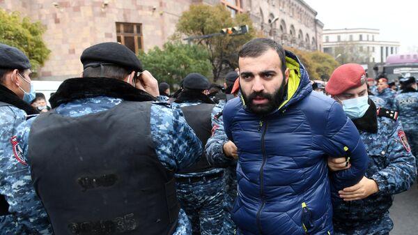 Сотрудники полиции задерживают участников акции протеста в Ереване