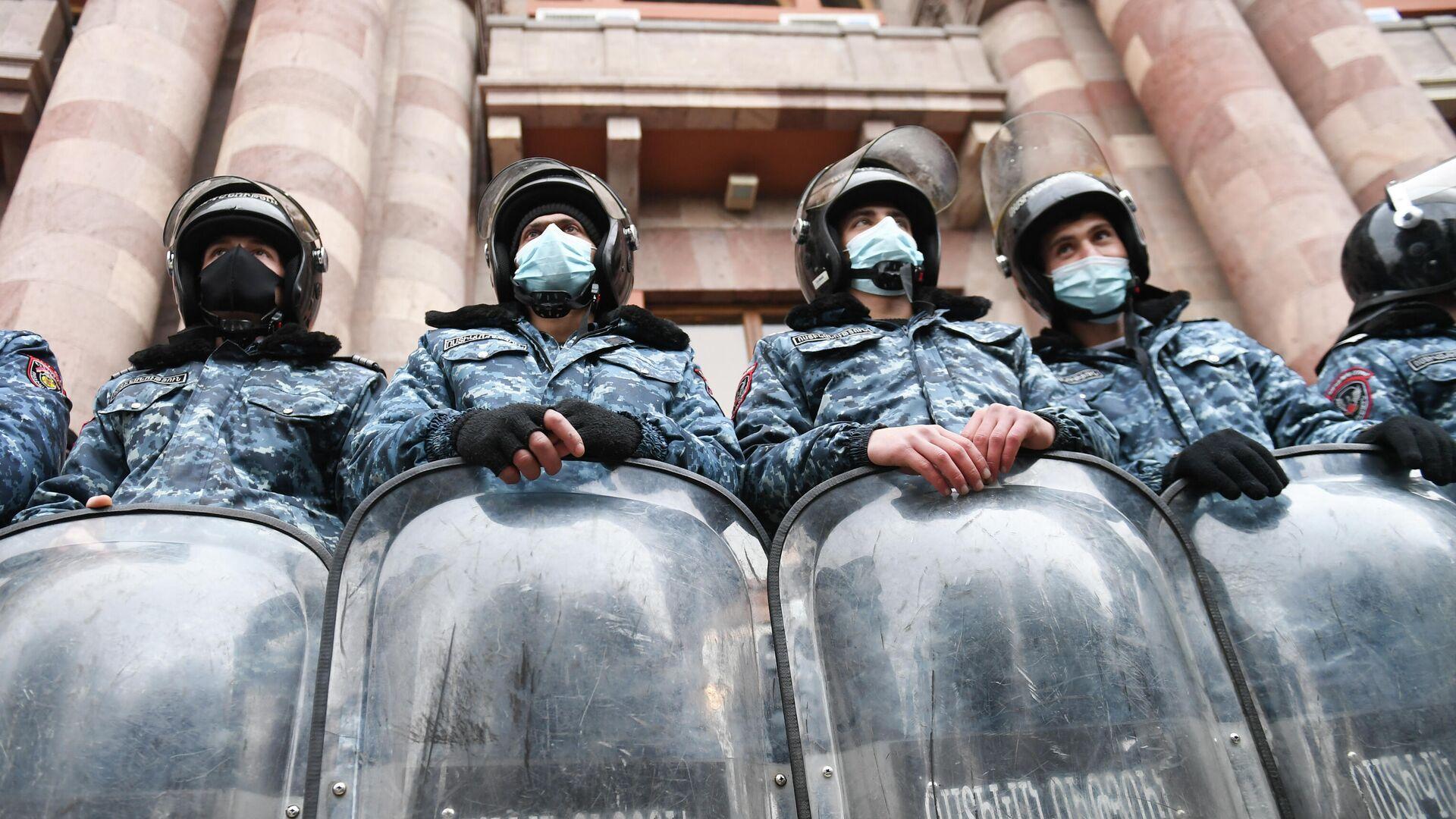 Сотрудники полиции следят за соблюдением порядка во время акции протеста в Ереване - РИА Новости, 1920, 11.12.2020