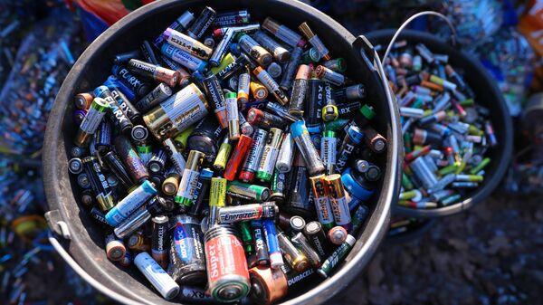 Отработанные батарейки, собранные для отправки на переработку
