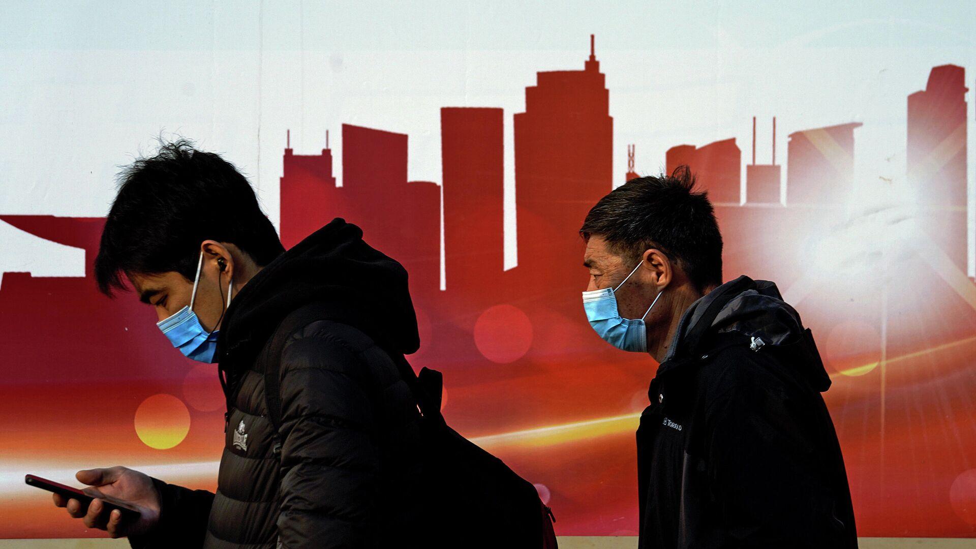Люди в защитных масках на улице в Пекине, Китай  - РИА Новости, 1920, 12.12.2020