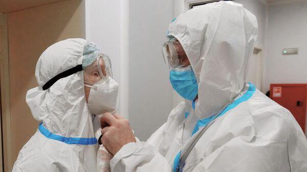 Работа временного госпиталя для больных коронавирусом в Ленэкспо