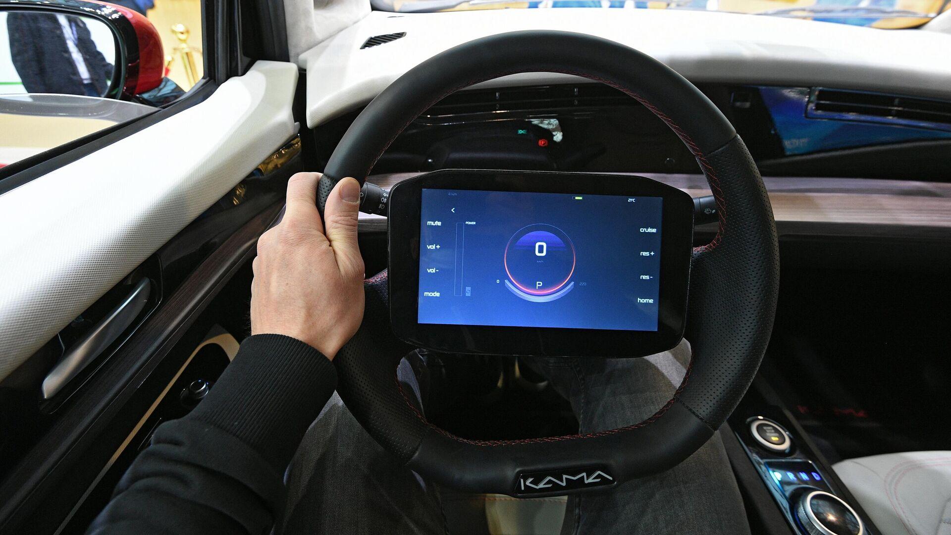 Дисплей бортового компьютера на руле электромобиля Кама-1, представленного на выставке ВУЗПРОМЭКСПО 2020 в Москве - РИА Новости, 1920, 25.05.2021