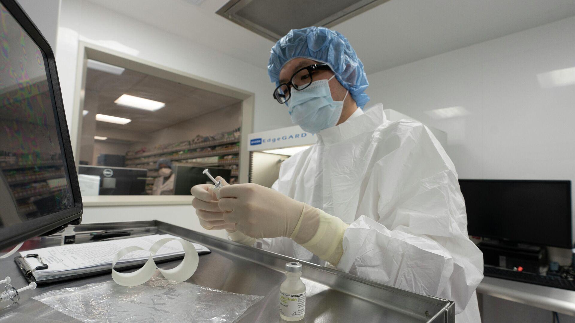 Фармацевт готовит процедурный кабинет в больнице в Нью-Йорке, куда ожидаются поставки вакцины от коронавируса - РИА Новости, 1920, 06.01.2021