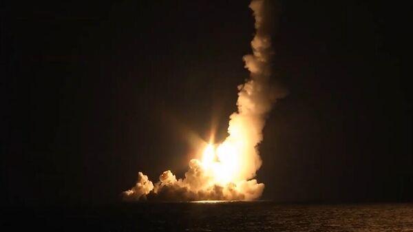 Залповый пуск четырех баллистических ракет Булава в рамках плановых мероприятий боевой подготовки Тихоокеанского флота из подводного положения с атомной подлодки Владимир Мономах в Охотском море
