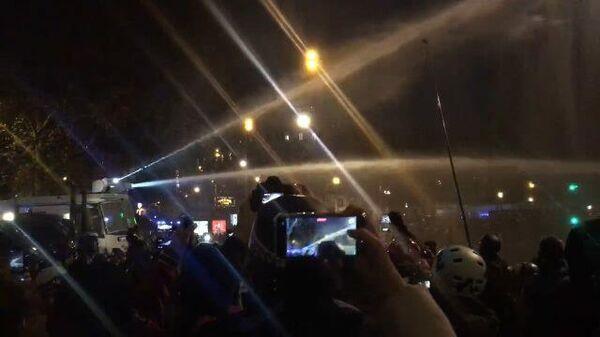 Кадры применения водометов на акции протеста в Париже