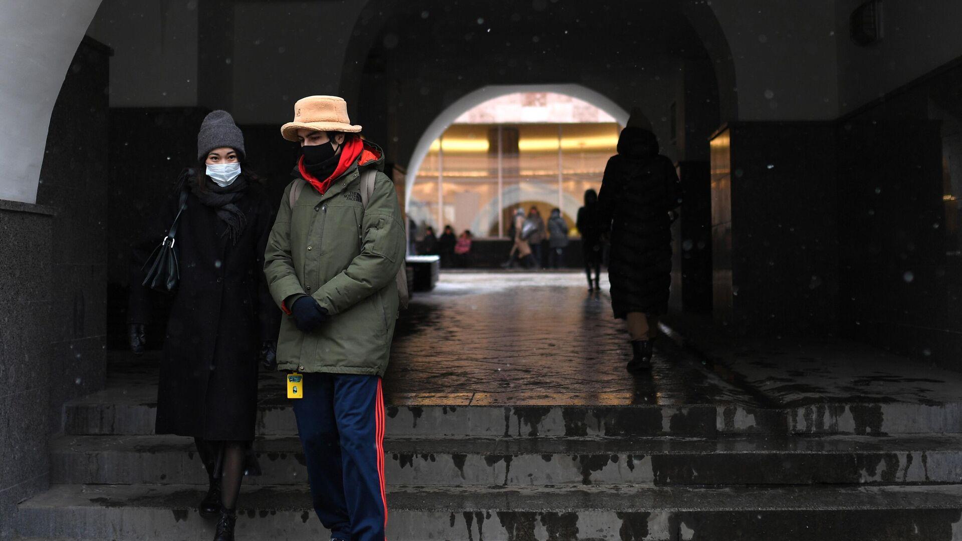 Прохожие в защитных масках на одной из улиц в Москве - РИА Новости, 1920, 14.12.2020