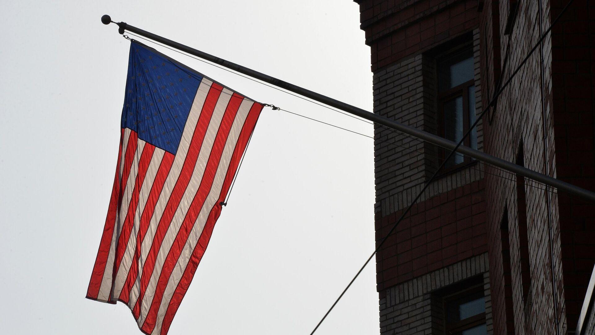 Флаг на фасаде здания генерального консульства США во Владивостоке - РИА Новости, 1920, 28.05.2021