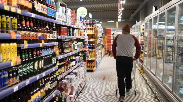 Мужчина в одном из магазинов сети Пятерочка в Москве