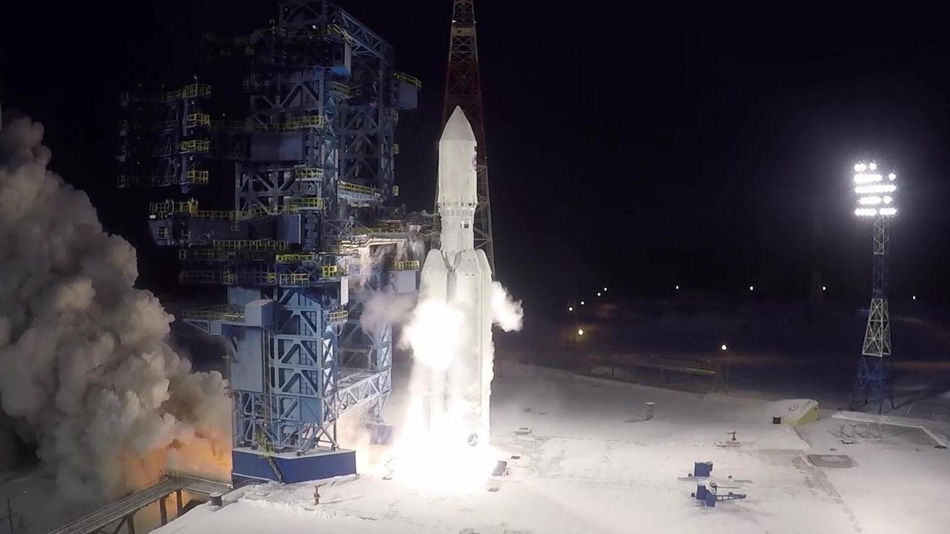 Запуск тяжелой ракеты-носителя Ангара-5 с разгонным блоком Бриз-М с макетом спутника на космодроме Плесецк. Стоп-кадр видео - РИА Новости, 1920, 14.12.2020