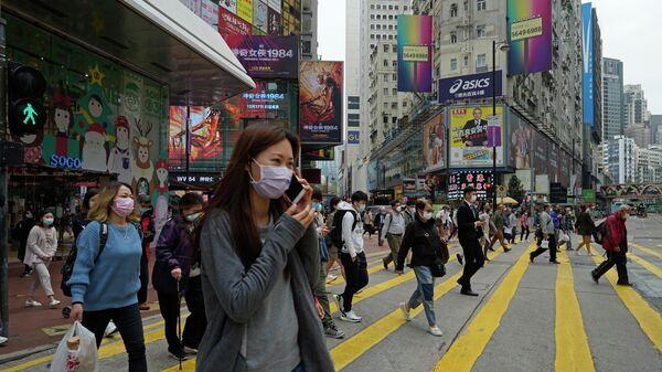 Люди в масках на улице в Гонконге